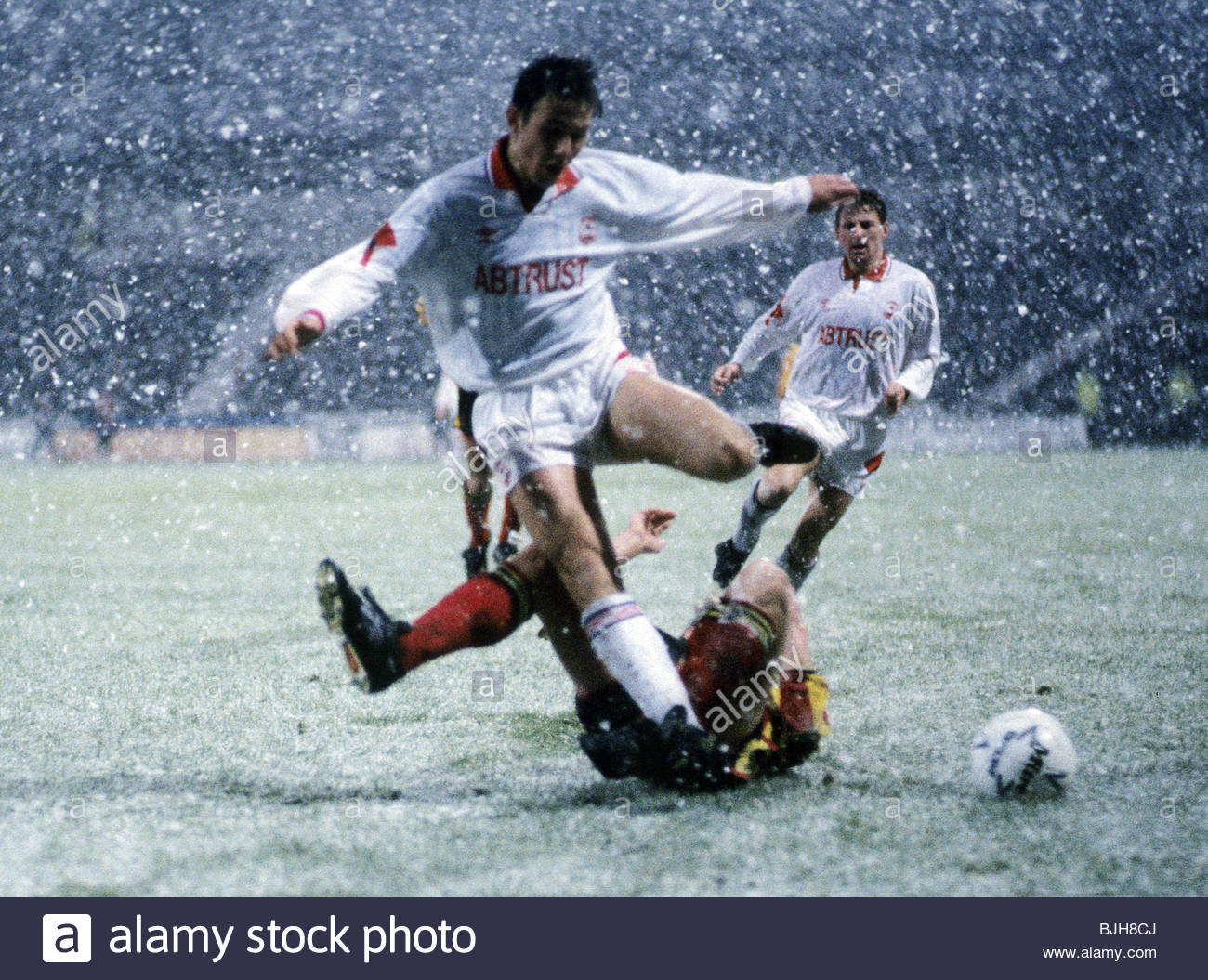 21/11/92 PARTICK THISTLE V ABERDEEN 0-2) FIR HILL - GLASGOW Aberdeen's Eoin Jess (foreground) is tackled by - Stock Image