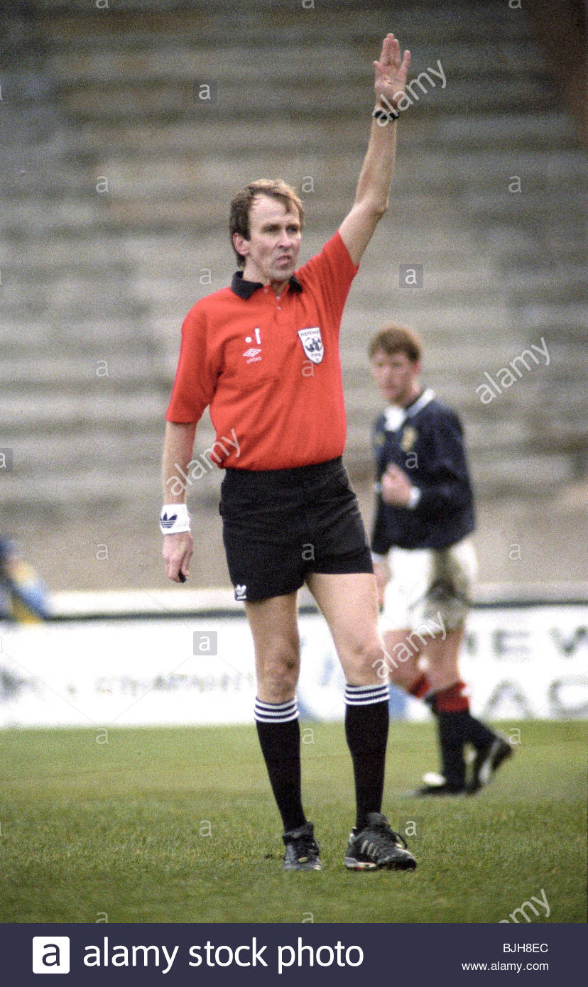 18/11/92 EUROPEAN UNDER 21 CHAMPIONSHIP SCOTLAND U21 V ITALY U21 (1-2) FIR PARK - MOTHERWELL Referee Simo Ruokonen - Stock Image