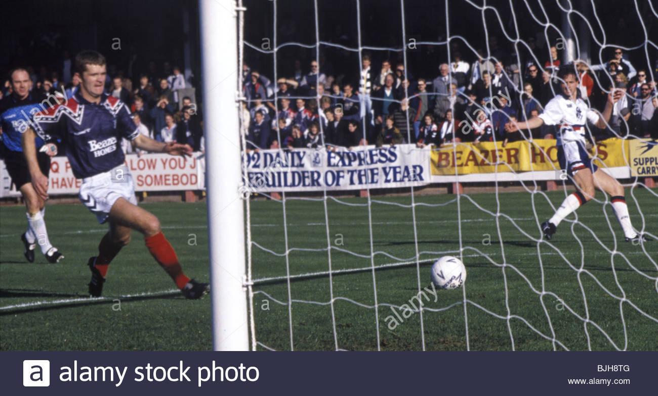 10/10/92 SCOTTISH PREMIER DIVISION FALKIRK v DUNDEE (2-2) BROCKVILLE - FALKIRK Neil Oliver (left) tracks back but - Stock Image