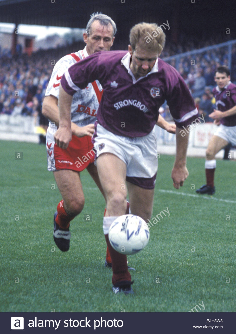26/09/92 SCOTTISH PREMIER DIVISION AIRDRIE v HEARTS (1-0) BROOMFIELD - AIRDRIE Ian Baird (right) shields the ball - Stock Image
