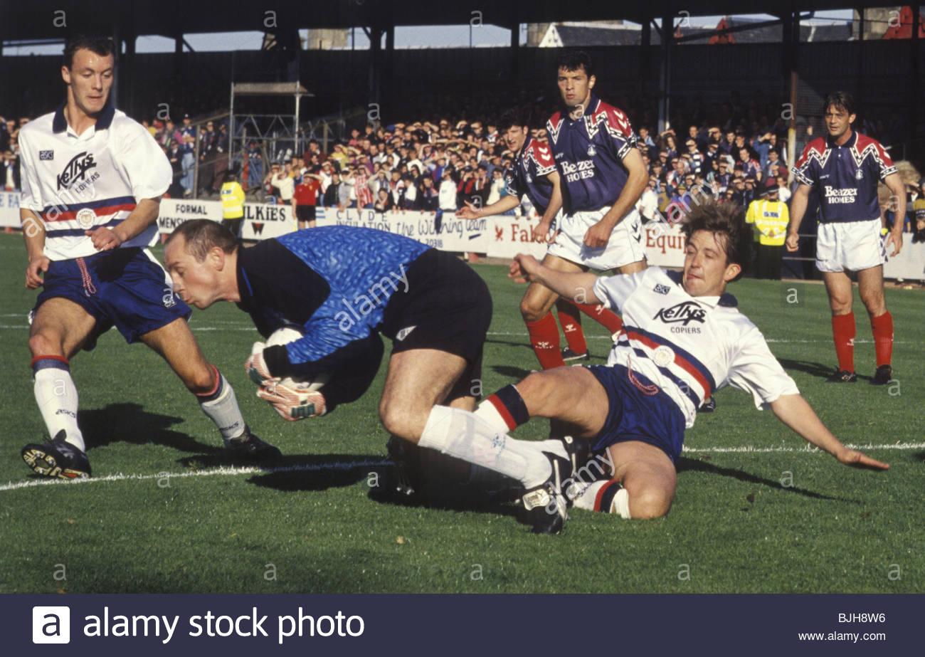 10/10/92 SCOTTISH PREMIER DIVISION FALKIRK v DUNDEE (2-2) BROCKVILLE - FALKIRK Dundee striker Billy Dodds (right) - Stock Image