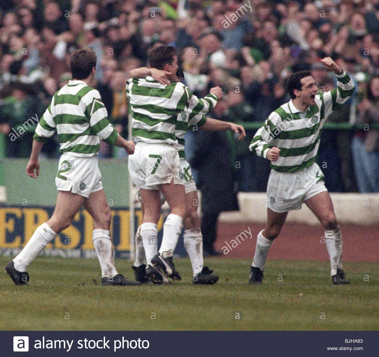 20/03/93 PREMIER DIVISION CELTIC V RANGERS (2-1) CELTIC PARK - GLASGOW Paul McStay (right) and his Celtic team-mates - Stock Image