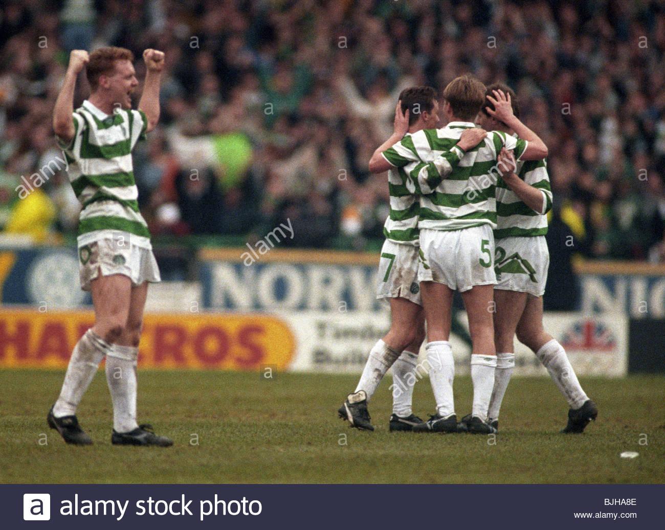 20/03/93 PREMIER DIVISION CELTIC V RANGERS (2-1) CELTIC PARK - GLASGOW The Celtic players celebrate a 2-1 victory - Stock Image