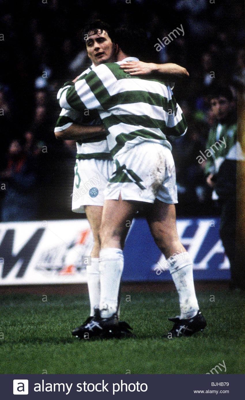 08/02/92 CELTIC V AIRDRIE (2-0) CELTIC PARK - GLASGOW Celtic's Tommy Boyd (left) congratulates Gerry Creaney - Stock Image