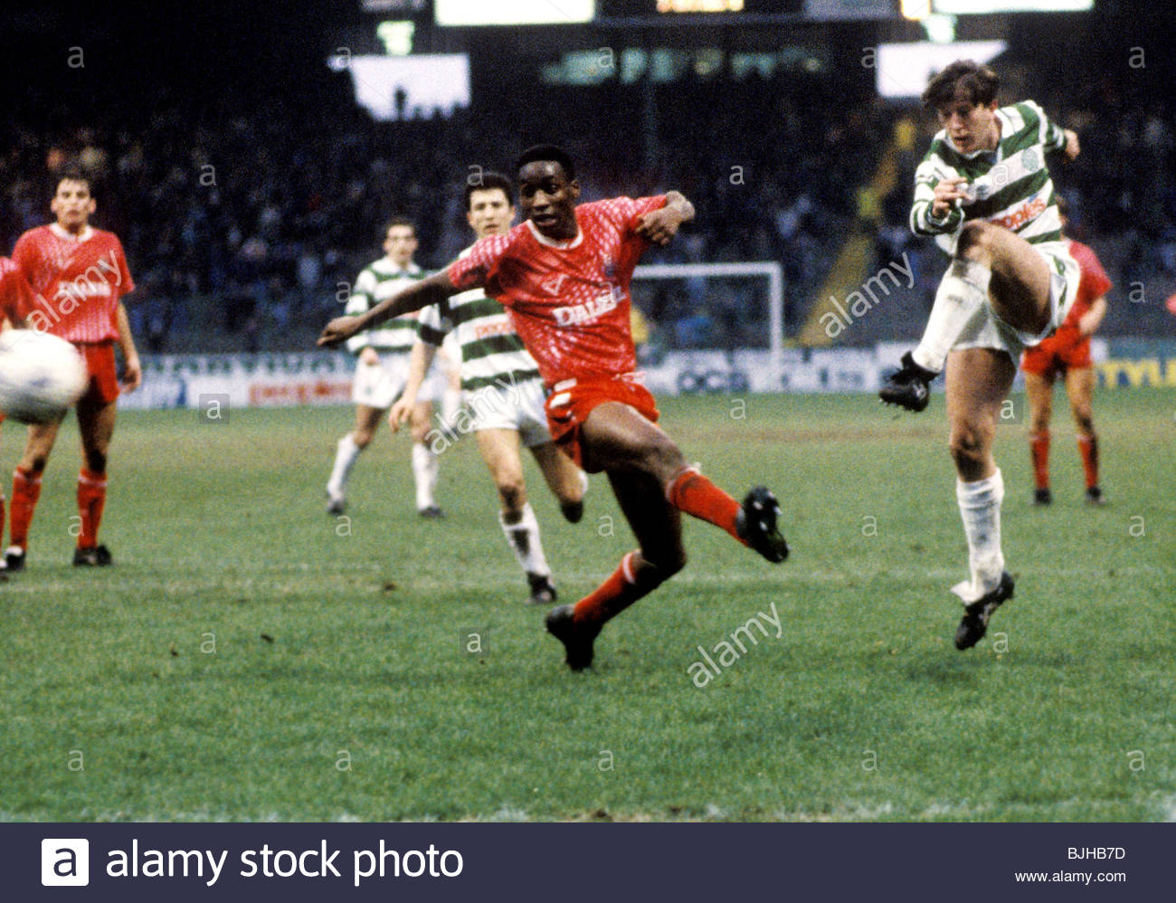 08/02/92 CELTIC V AIRDRIE (2-0) CELTIC PARK - GLASGOW Celtic's Gerry Creaney (right) fires in his second goal - Stock Image