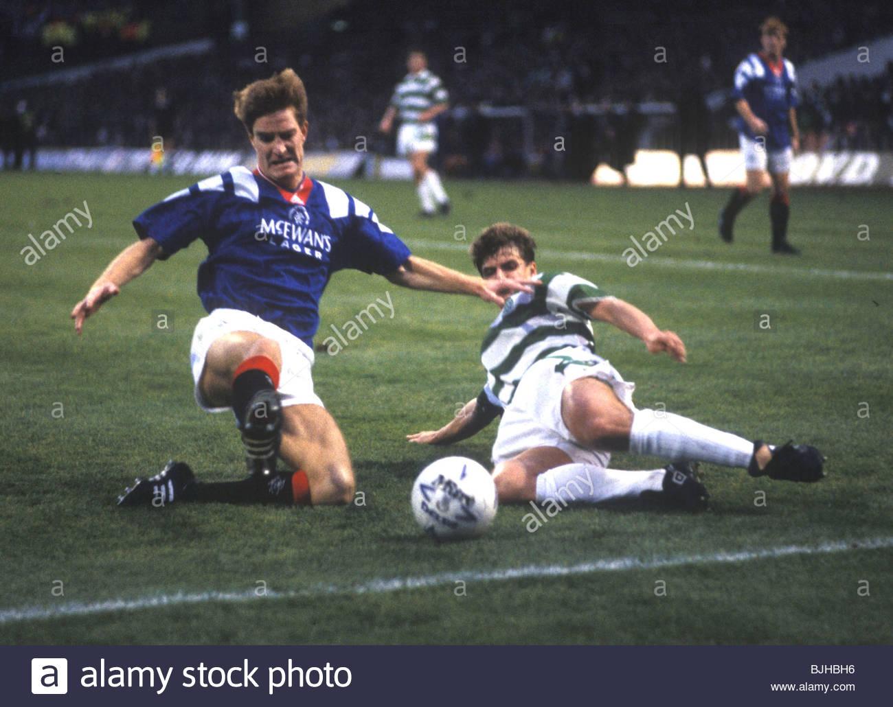 08/11/92 PREMIER DIVISION CELTIC V RANGERS (0-1) CELTIC PARK - GLASGOW Rangers defender Richard Gough (left) goes - Stock Image