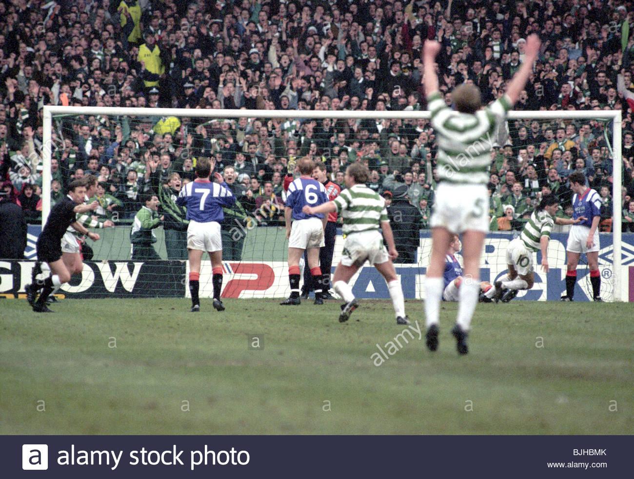 20/03/93 PREMIER DIVISION CELTIC V RANGERS (2-1) CELTIC PARK - GLASGOW Celtic's Andy Payton (10, 2nd right) - Stock Image