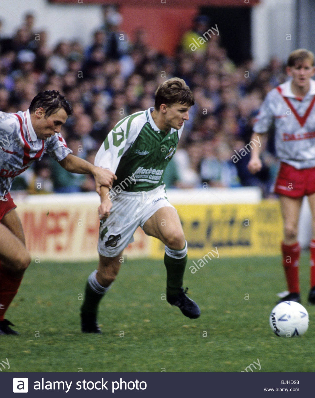 SEASON 1992/1993 PREMIER DIVISION HIBS V AIRDRIE (2-2) EASTER ROAD - EDINBURGH Gareth Evans attempts to escape the - Stock Image
