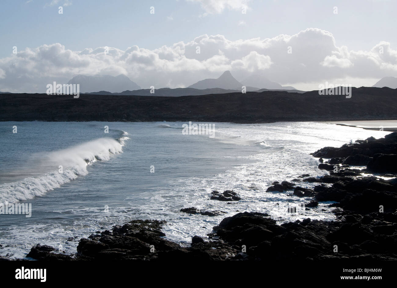 Achnahaird Bay and surf with Cul Mor and Stac Pollaidh in distance - Stock Image