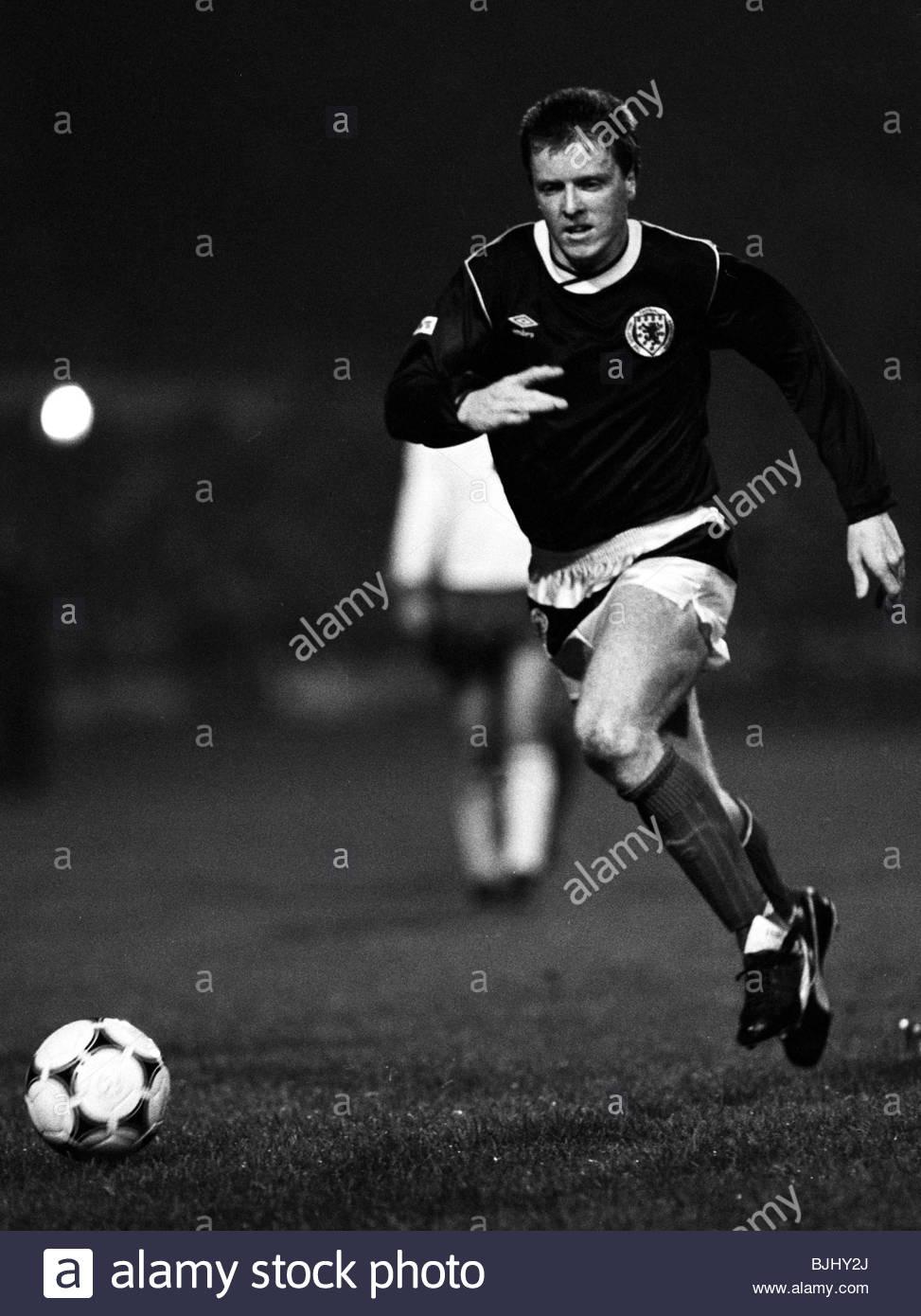16/10/85 INTERNATIONAL FRIENDLY SCOTLAND v EAST GERMANY (0-0) HAMPDEN - GLASGOW Steve Nicol in action for Scotland. - Stock Image