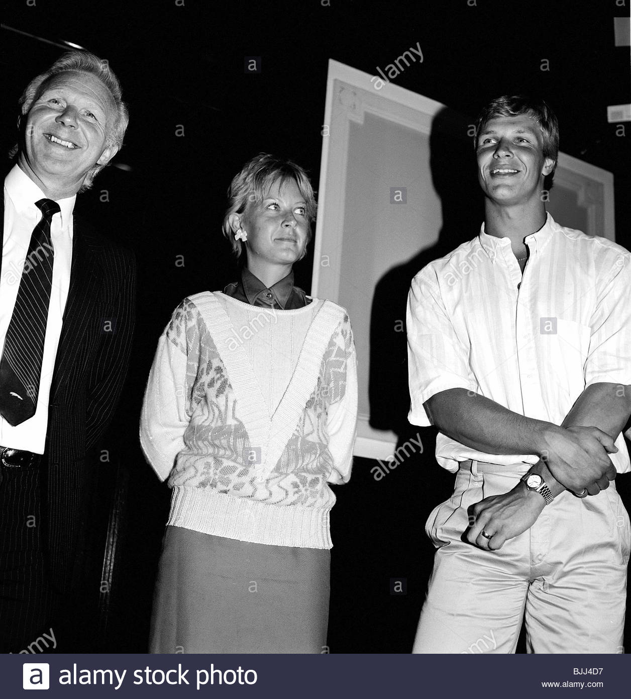 1986/1987 Rangers chief executive David Holmes (left) with new signing Chris Woods and his wife Sarah Woods - Stock Image