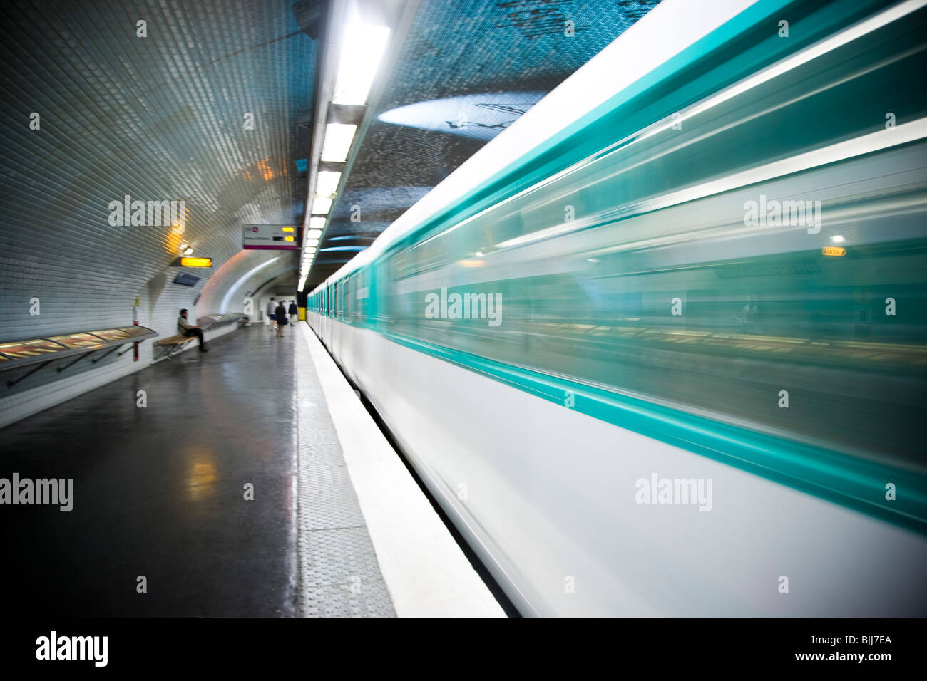 Subway platform with subway in motion - Stock Image