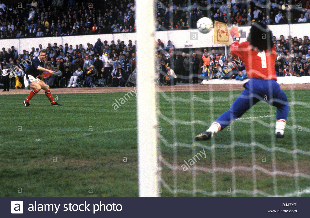 17/05/88 ROUS CUP SCOTLAND V COLOMBIA (0-0) HAMPDEN - GLASGOW Scotland's Steve Nicol (left) sees his shot saved - Stock Image