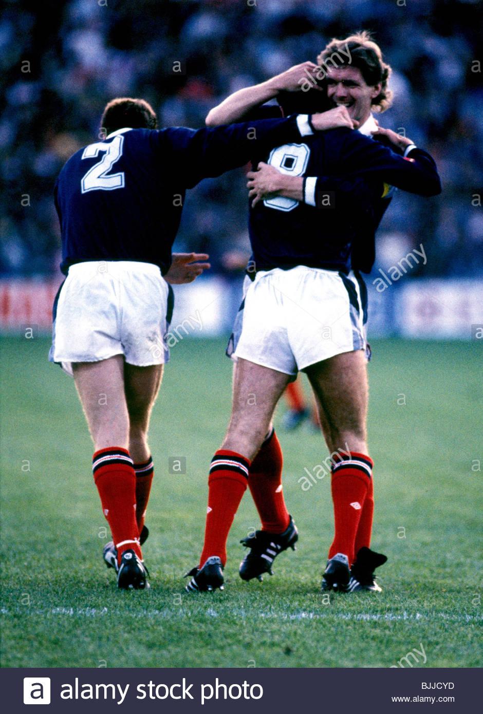 14/09/88 WORLD CUP QUALIFIER NORWAY V SCOTLAND (1-2) ULLEVAAL STADIUM - OSLO Scotland's Steve Nicol (left) Paul - Stock Image