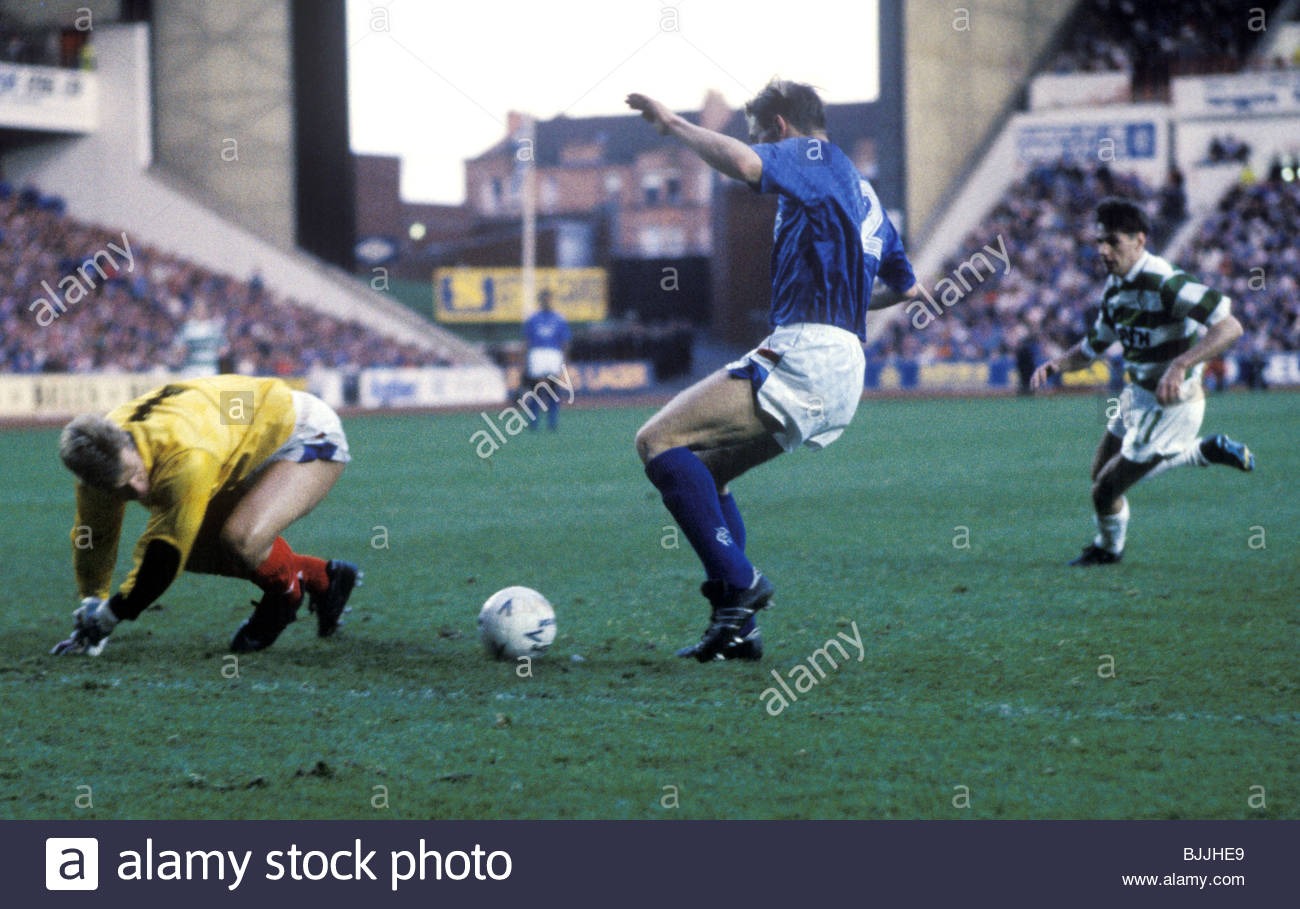04/11/89 RANGERS V CELTIC (1-0) IBROX - GLASGOW Rangers' goalkeeper Chris Woods (left) and Gary Stevens conspire - Stock Image