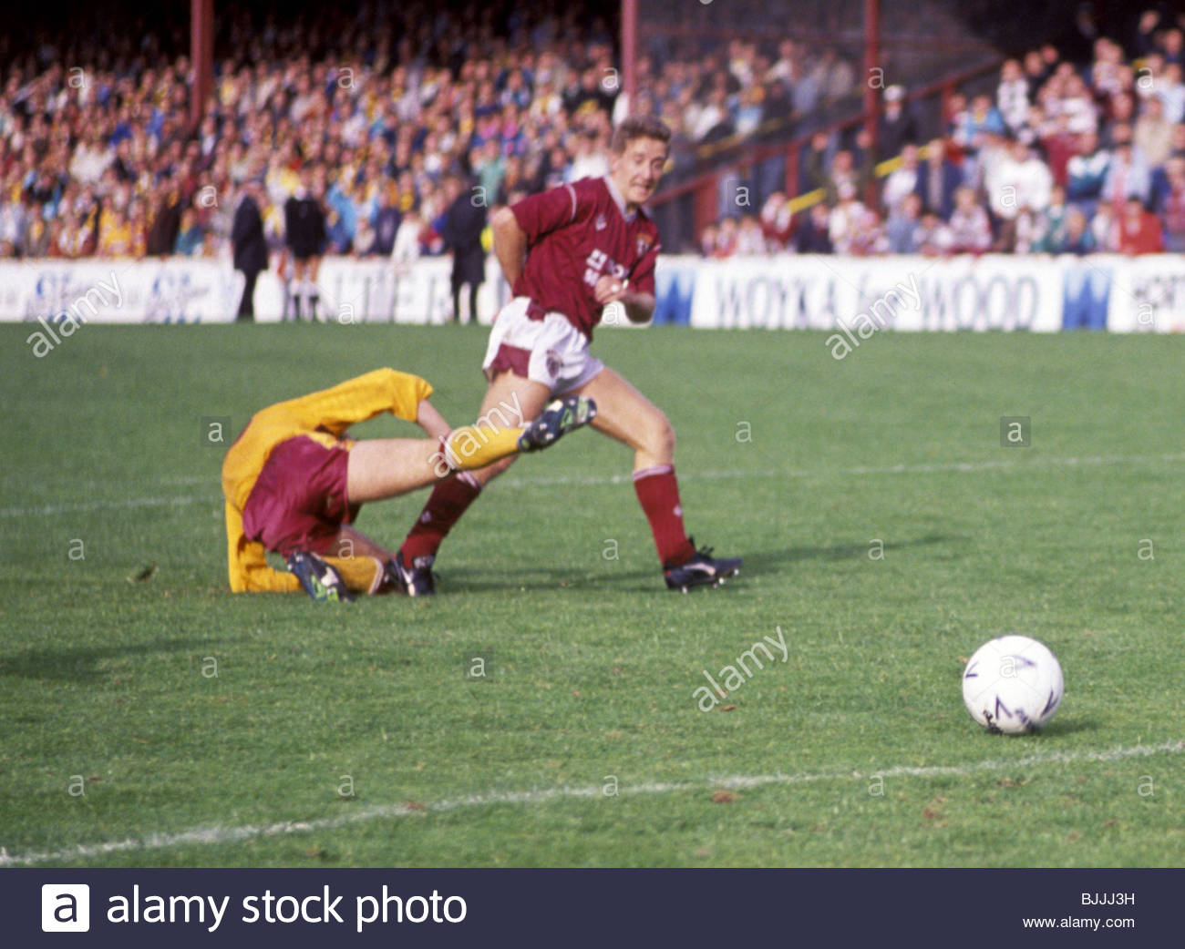 17/09/89 MOTHERWELL V HEARTS (1-3) FIR PARK - MOTHERWELL Tom Boyd (left) is powerless to stop John Robertson knocking - Stock Image