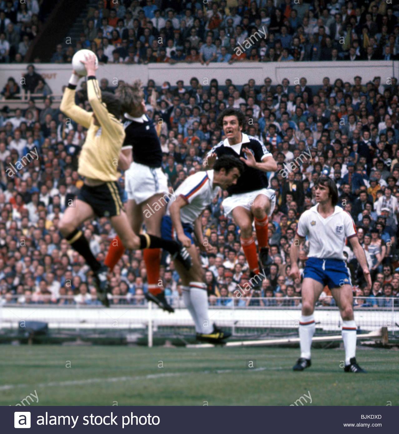 04/06/77 INTERNATIONAL FRIENDLY ENGLAND V SCOTLAND (1-2) WEMBLEY - LONDON England goalkeeper Ray Clemence (left) - Stock Image