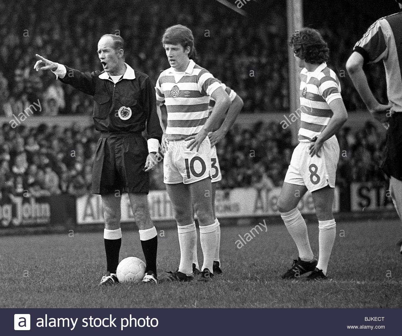 23/09/78 PREMIER DIVISION PARTICK THISTLE V CELTIC (2-3) FIRHILL - GLASGOW Referee Tom Kellock orders the defensive - Stock Image