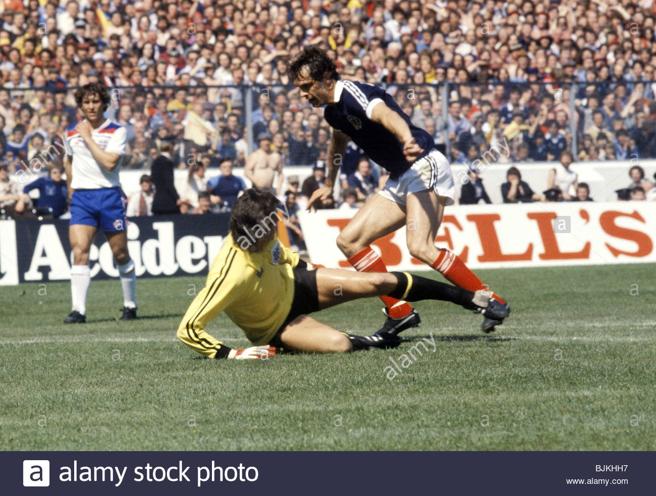 24/05/80 HOME INTERNATIONAL SCOTLAND V ENGLAND (0-2) HAMPDEN PARK - GLASGOW England goalkeeper Ray Clemence challenges - Stock Image