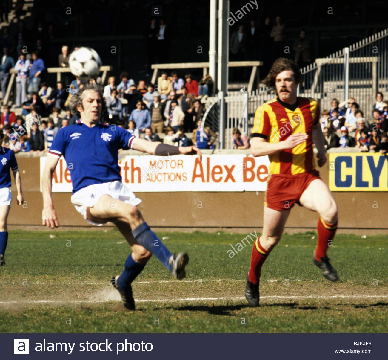 SEASON 1980/1981 PARTICK THISTLE v RANGERS FIRHILL - GLASGOW Colin Jackson (left) is shadowed by Tony Higgins. - Stock Image