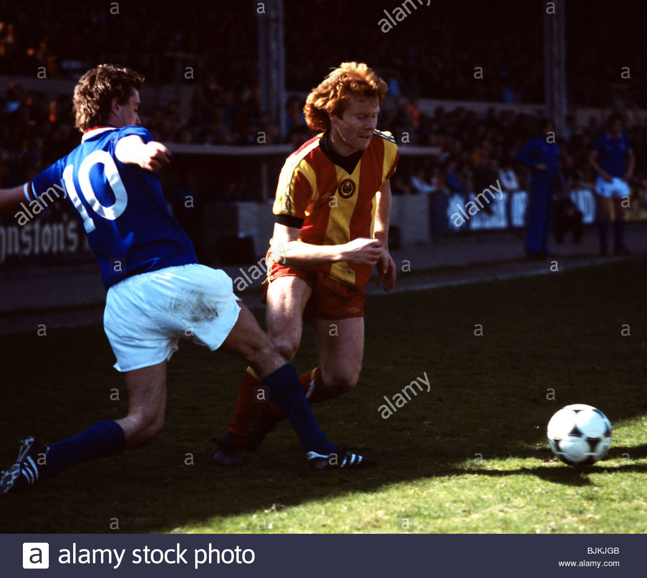 SEASON 1980/1981 PARTICK THISTLE v RANGERS FIRHILL - GLASGOW Partick's Dave MacKinnon (right) is challenged - Stock Image