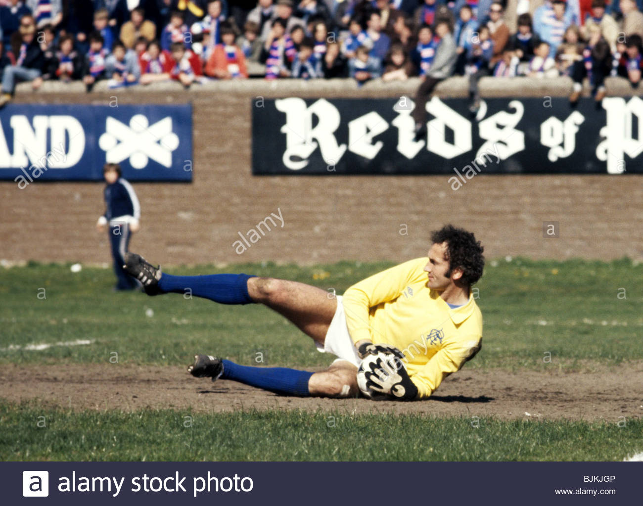 SEASON 1980/1981 PARTICK THISTLE v RANGERS FIRHILL - GLASGOW Peter McCloy in action for Rangers. - Stock Image