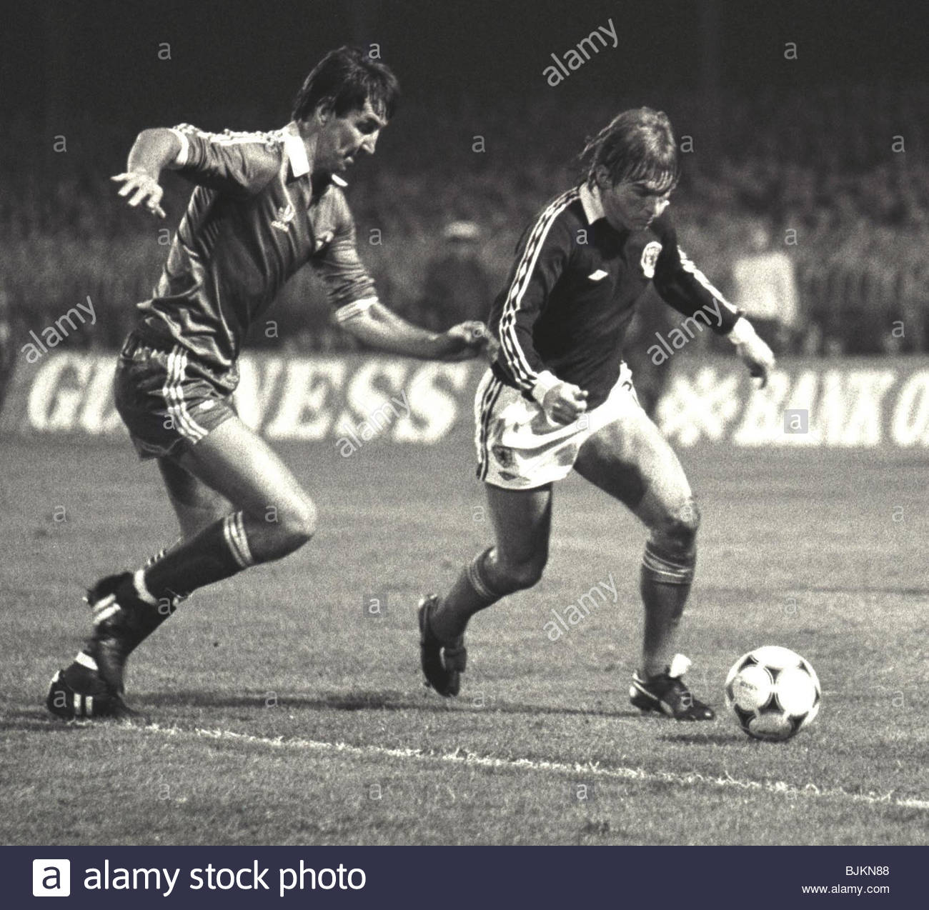 15/10/81 INTERNATIONAL SCOTLAND V NORTHERN IRELAND HAMPDEN - GLASGOW Kenny Dalglish is put under pressure by N.Ireland - Stock Image