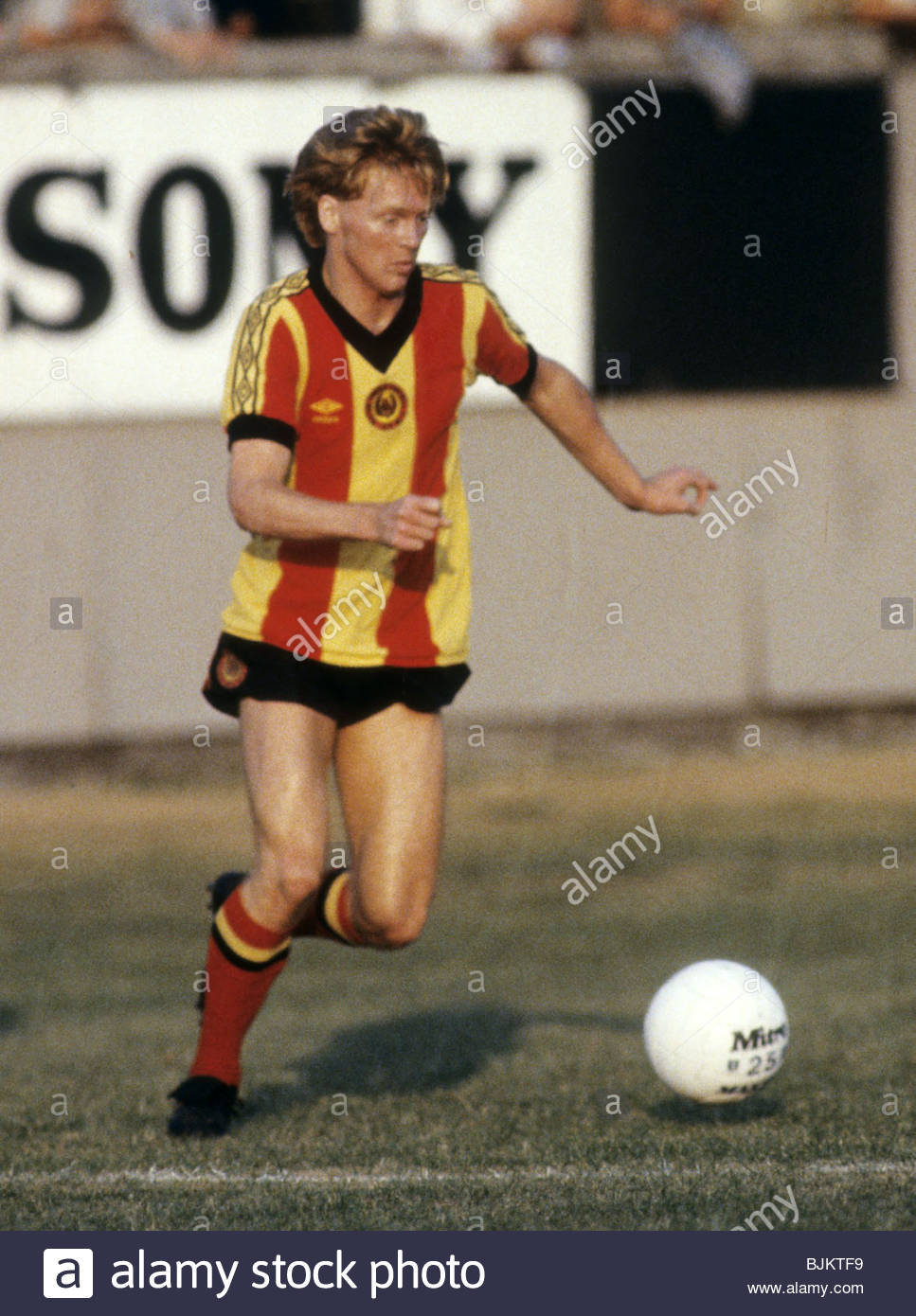 09/08/83 GLASGOW CUP PARTICK THISTLE v CELTIC (0-2) FIRHILL - GLASGOW Maurice Johnston in action for Partick Thistle. - Stock Image