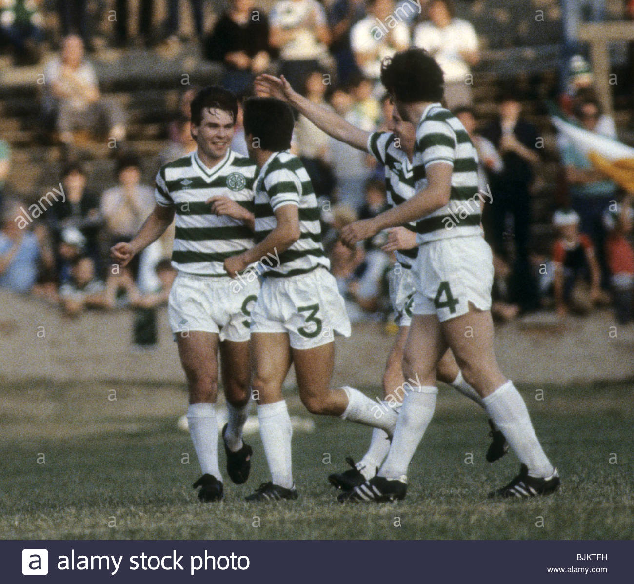 09/08/83 GLASGOW CUP PARTICK THISTLE v CELTIC (0-2) FIRHILL - GLASGOW Brian McClair (left) is hailed by his team - Stock Image