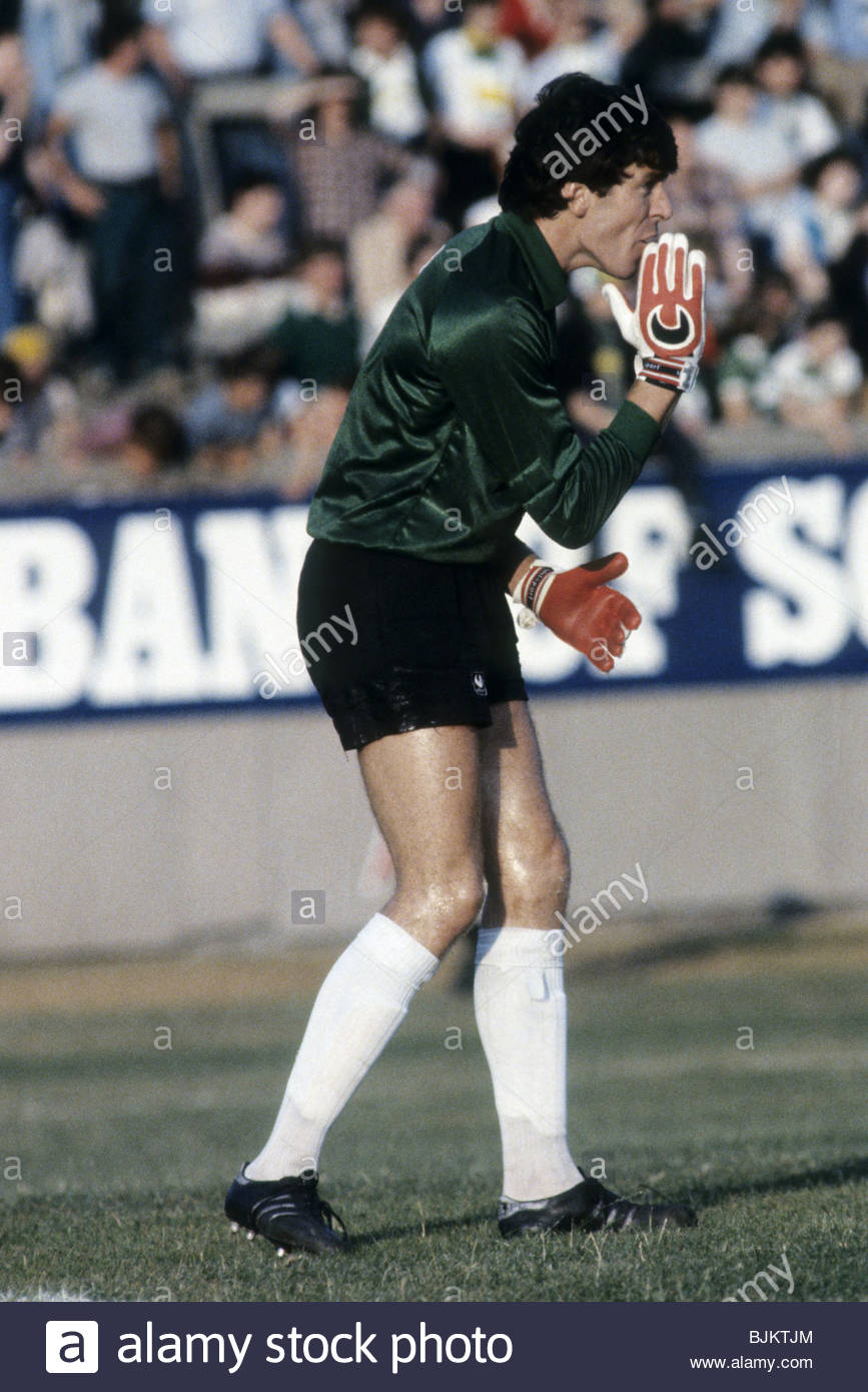 09/08/83 GLASGOW CUP PARTICK THISTLE v CELTIC (0-2) FIRHILL - GLASGOW Pat Bonner in action for Celtic. - Stock Image