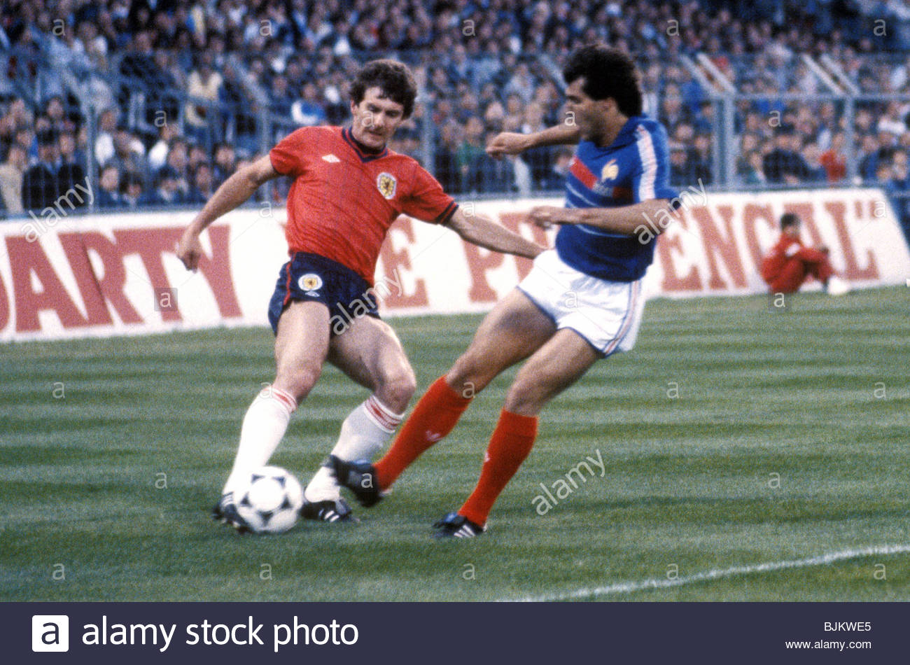 01/06/84 INTERNATIONAL FRIENDLY FRANCE V SCOTLAND (2-0) STADE VELODROME - MARSEILLE Scotland's Ray Stewart (left) - Stock Image