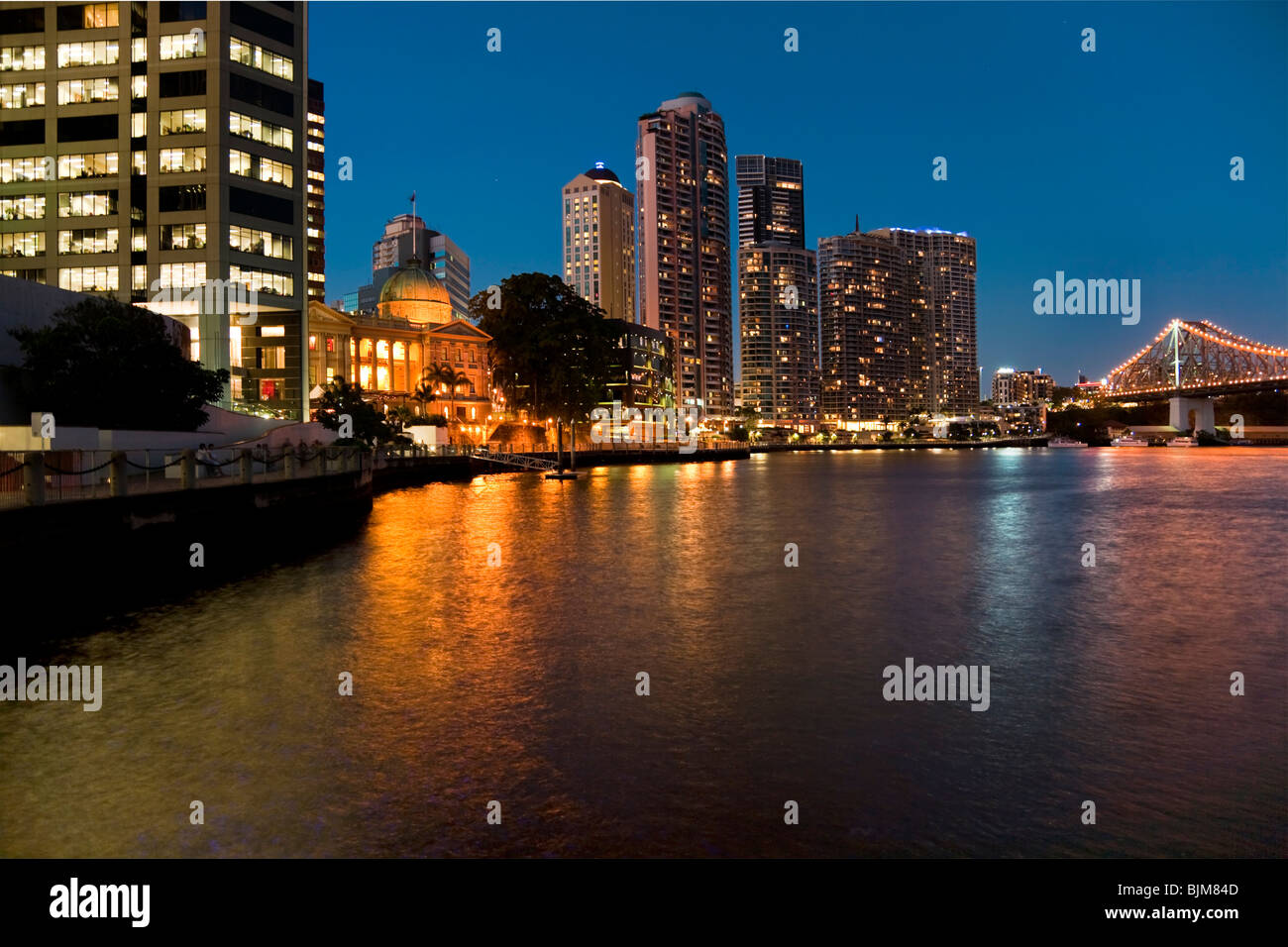 River lit up at night with cityscape and skyscrapers, Brisbane, Queensland, Australia - Stock Image