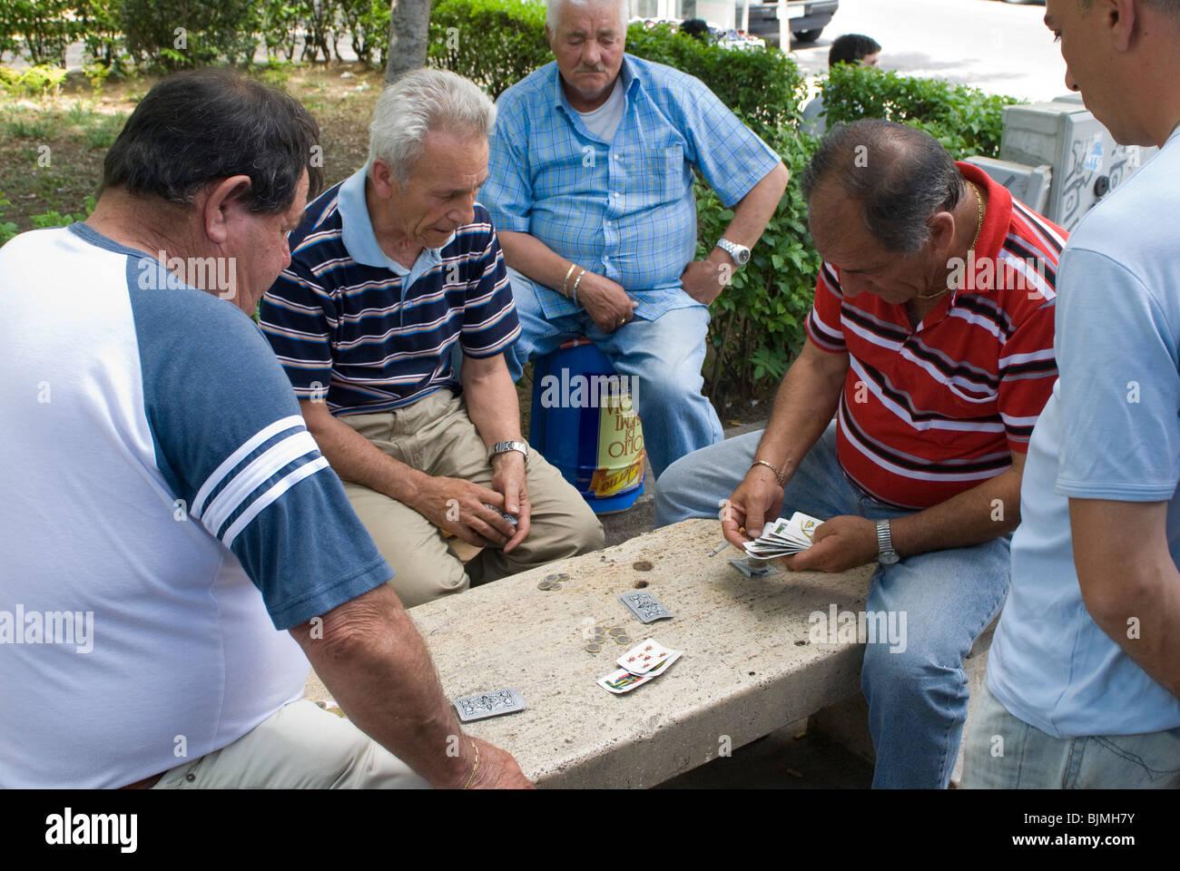 Italien, Sizilien, Palermo, alte Männer spielen Karten im Park | Italy, Sicily, Palermo, old men playing cards - Stock Image