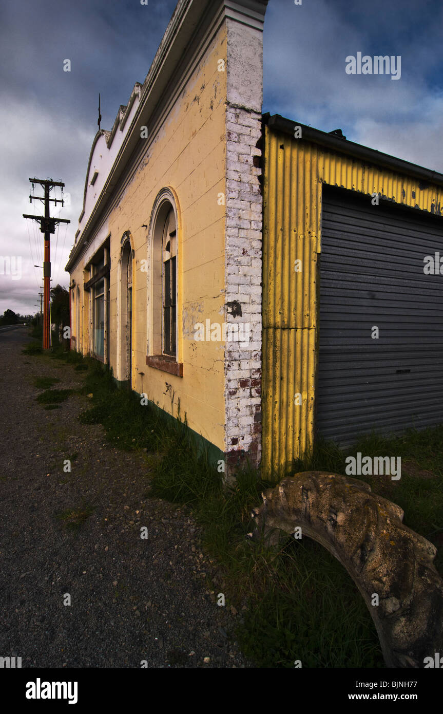 Old building facade in a rural area of Otago, New Zealand - Stock Image