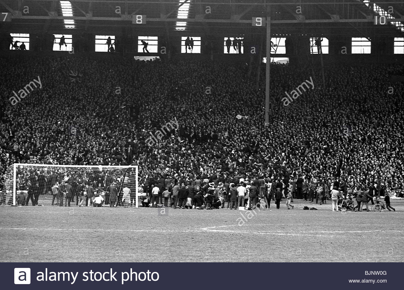08/05/71 SCOTTISH CUP FINAL RANGERS V CELTIC (1-1) HAMPDEN - GLASGOW Police deal with trouble on the terraces. - Stock Image