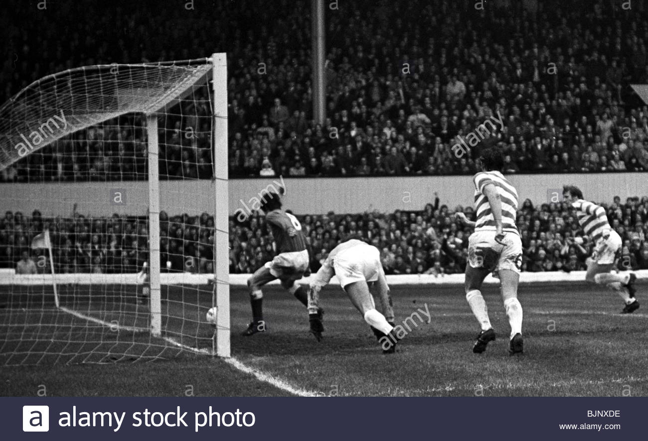 05/05/73 SCOTTISH CUP FINAL CELTIC v RANGERS (2-3) HAMPDEN - GLASGOW Tom Forsyth rushes to scramble the ball over Stock Photo