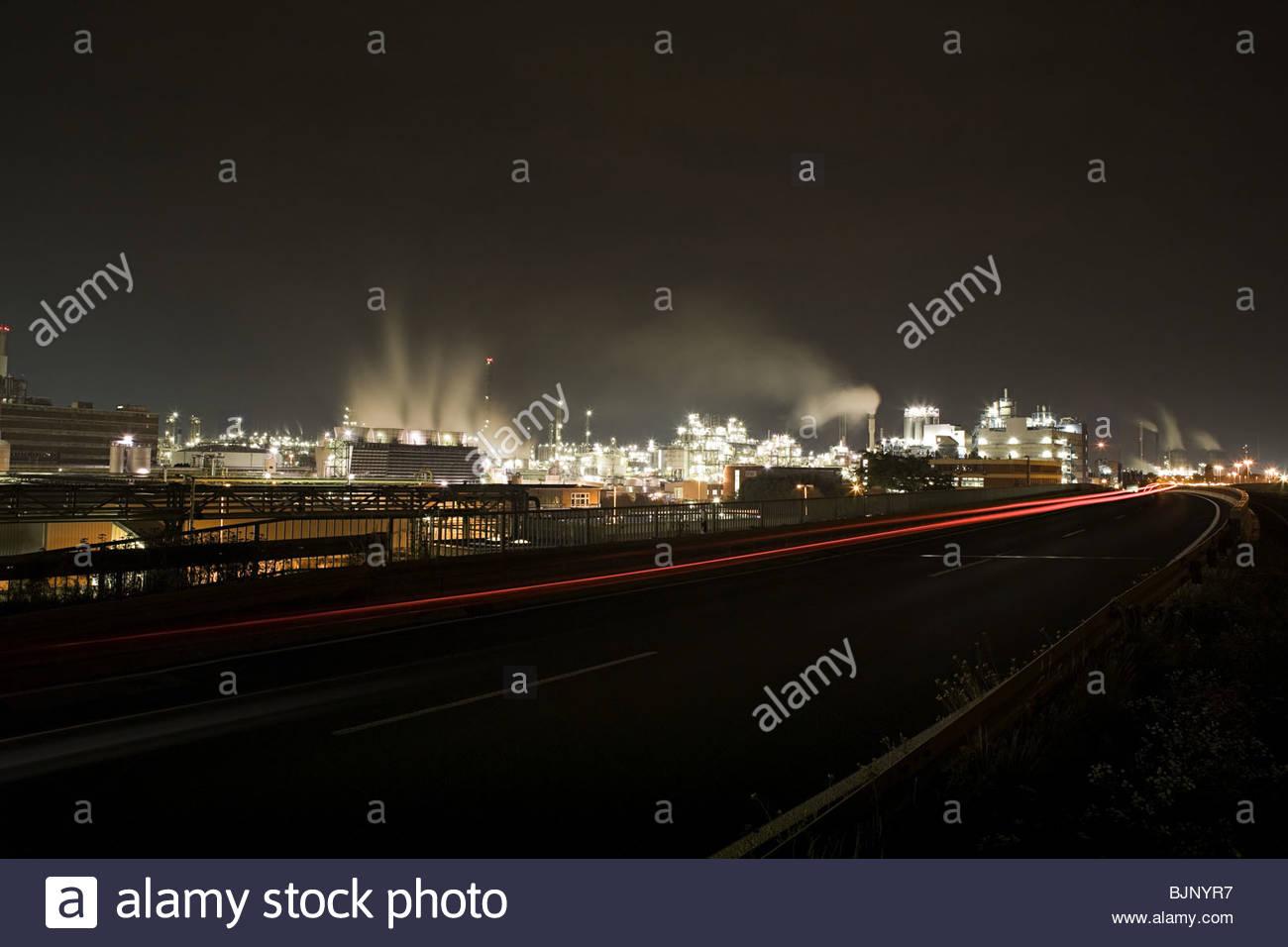 Chemical plant at night - Stock Image