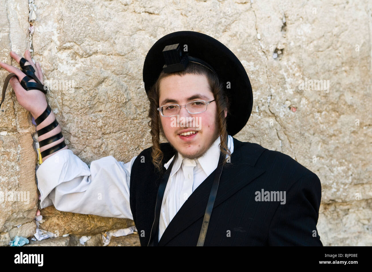 Praying by the wailing wall. - Stock Image