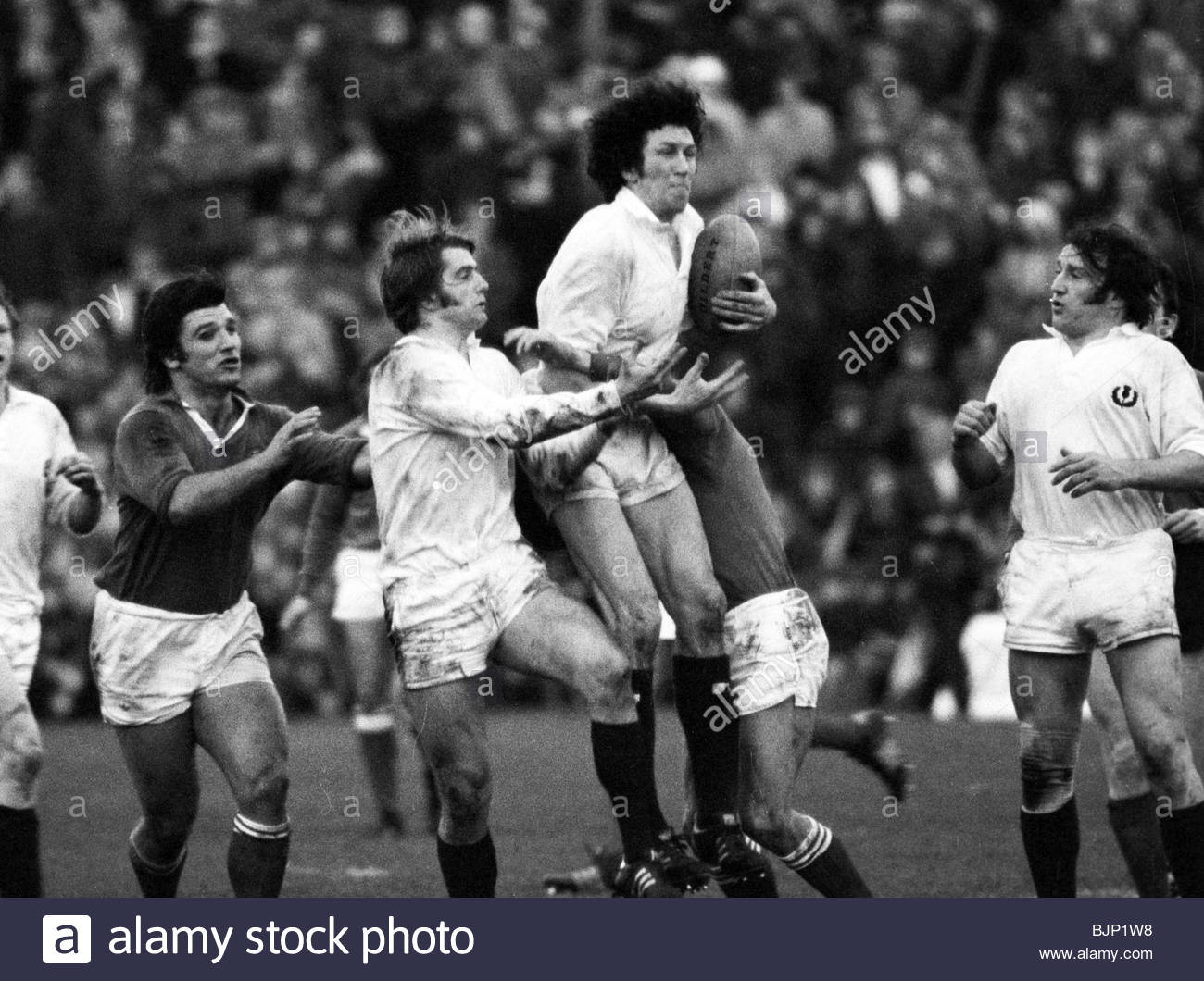 10/01/76 FIVE NATIONS SCOTLAND V FRANCE (6-13) MURRAYFIELD - EDINBURGH George Mackie secures possession for Scotland. - Stock Image