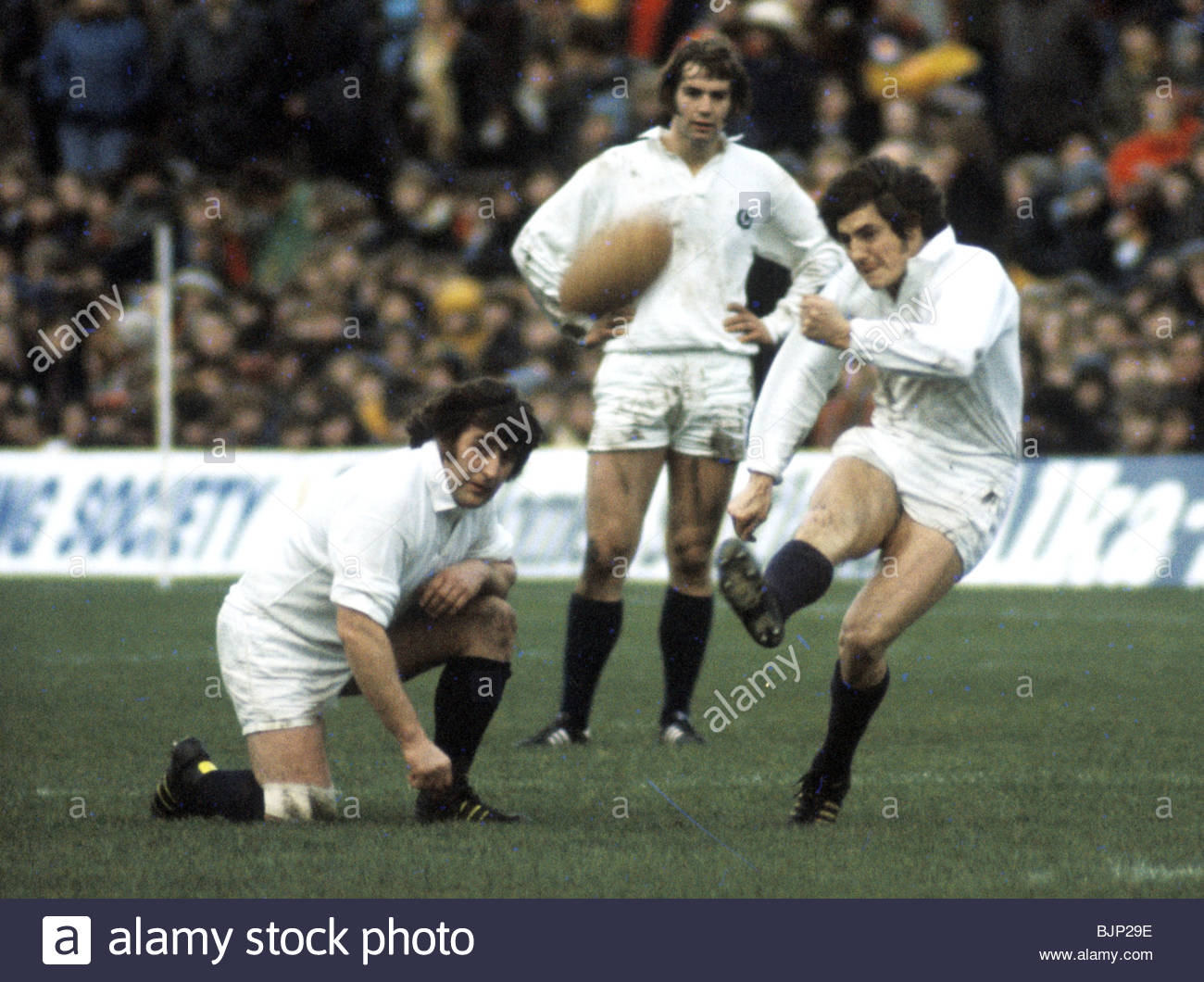 10/01/76 FIVE NATIONS SCOTLAND V FRANCE MURRAYFIELD - EDINBURGH Andy Irvine kicks the ball between the posts to - Stock Image