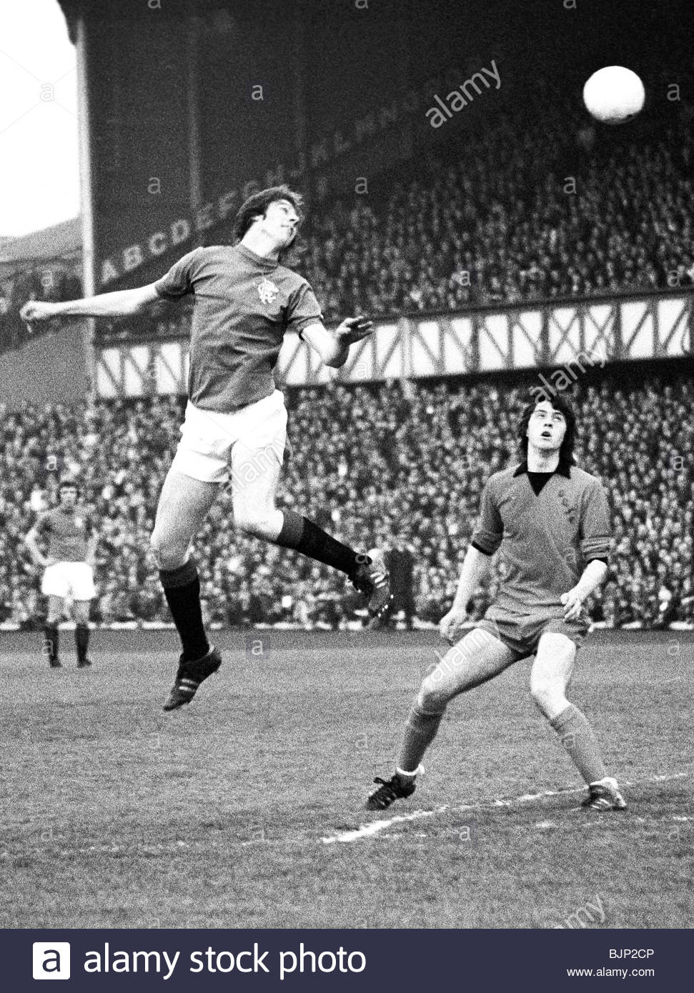04/05/76 SPL RANGERS V DUNDEE UTD (0-0) IBROX - GLASGOW Rangers' Willie Henderson (left) jump to meet a high - Stock Image