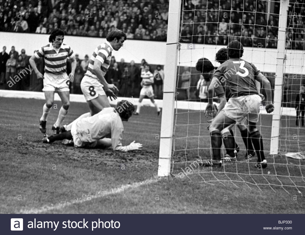 07/05/77 SCOTTISH CUP FINAL CELTIC v RANGERS Rangers' John Greig (NO 3) looks on as Derek Johnstone appears - Stock Image