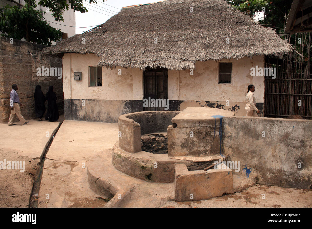 An old Swahili well  Lamu and house near the sea front - Stock Image