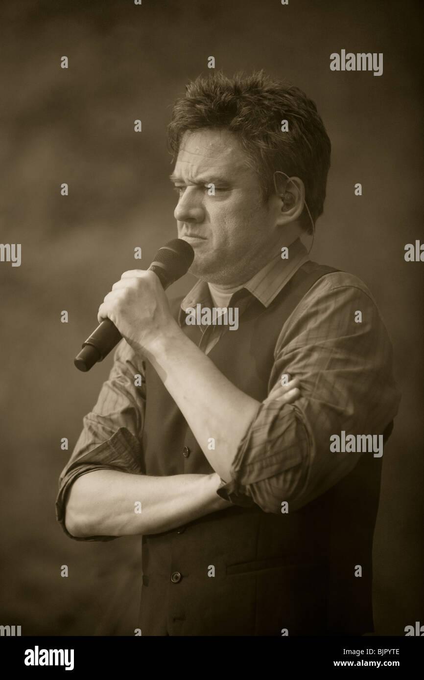 "Bart Peeters & band live during the ""Slimmer dan de zanger"" tour in Flanders Stock Photo"