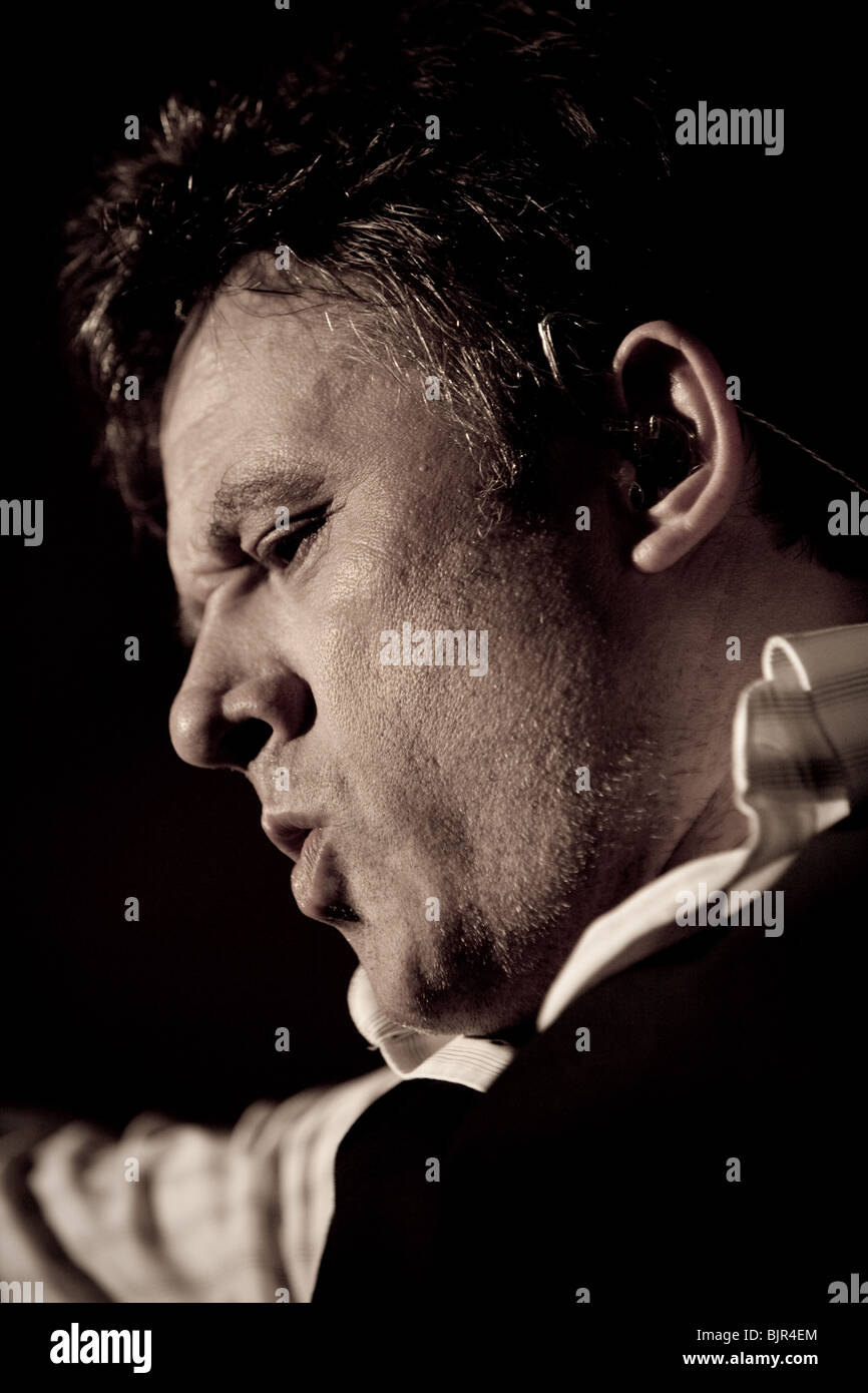 Bart Peeters & band live during the 'Slimmer dan de zanger' tour in Flanders - Stock Image