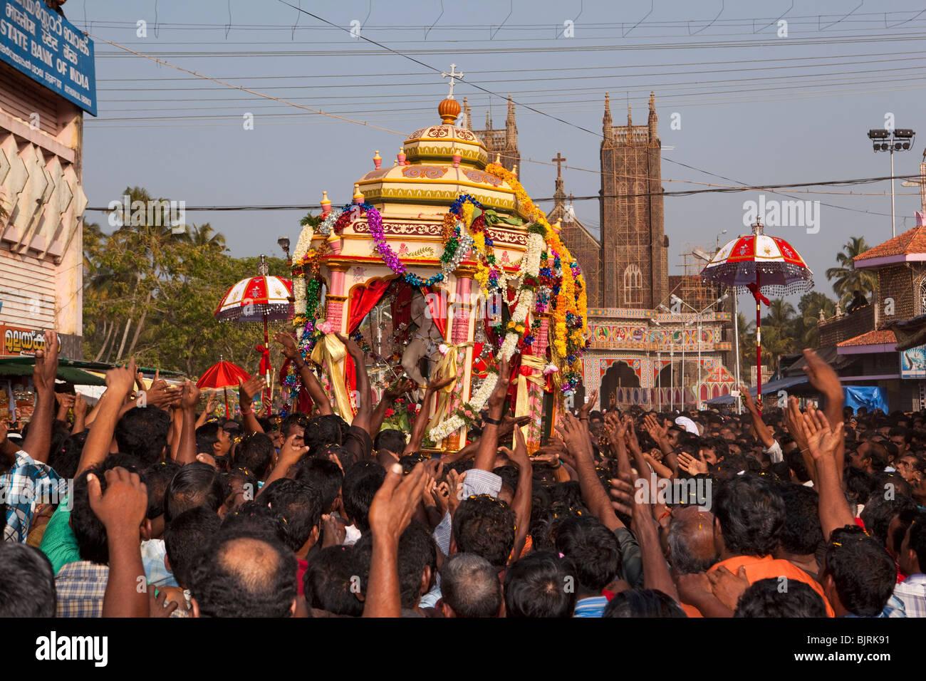 India, Kerala, Alappuzha, (Alleppey) Arthunkal, feast of St. Sebastian, pilgrims holding aloft procession icon - Stock Image