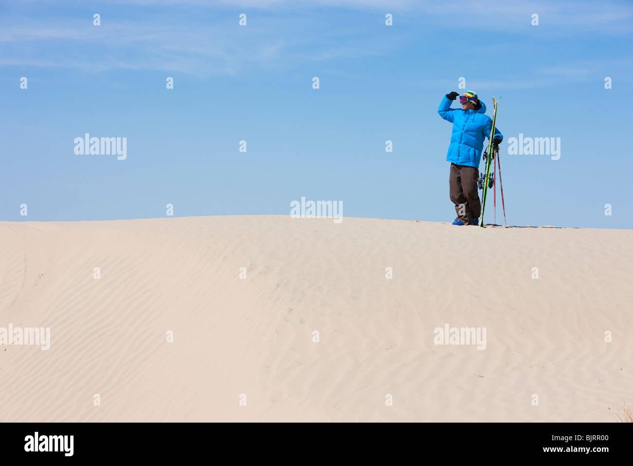USA, Utah, Little Sahara, man with skiwear in desert - Stock Image