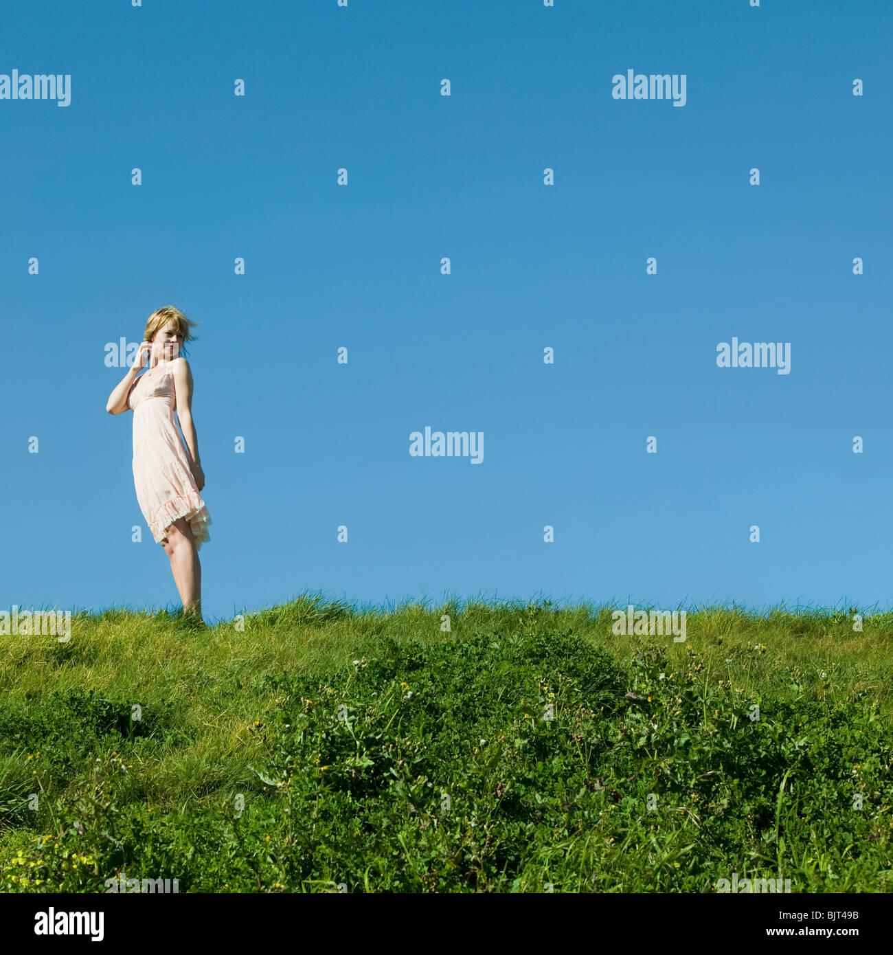 USA, California, San Francisco, young woman standing on grass - Stock Image