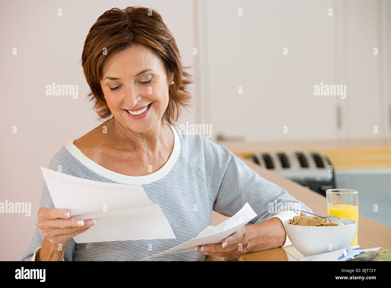 A woman reading a letter - Stock Image