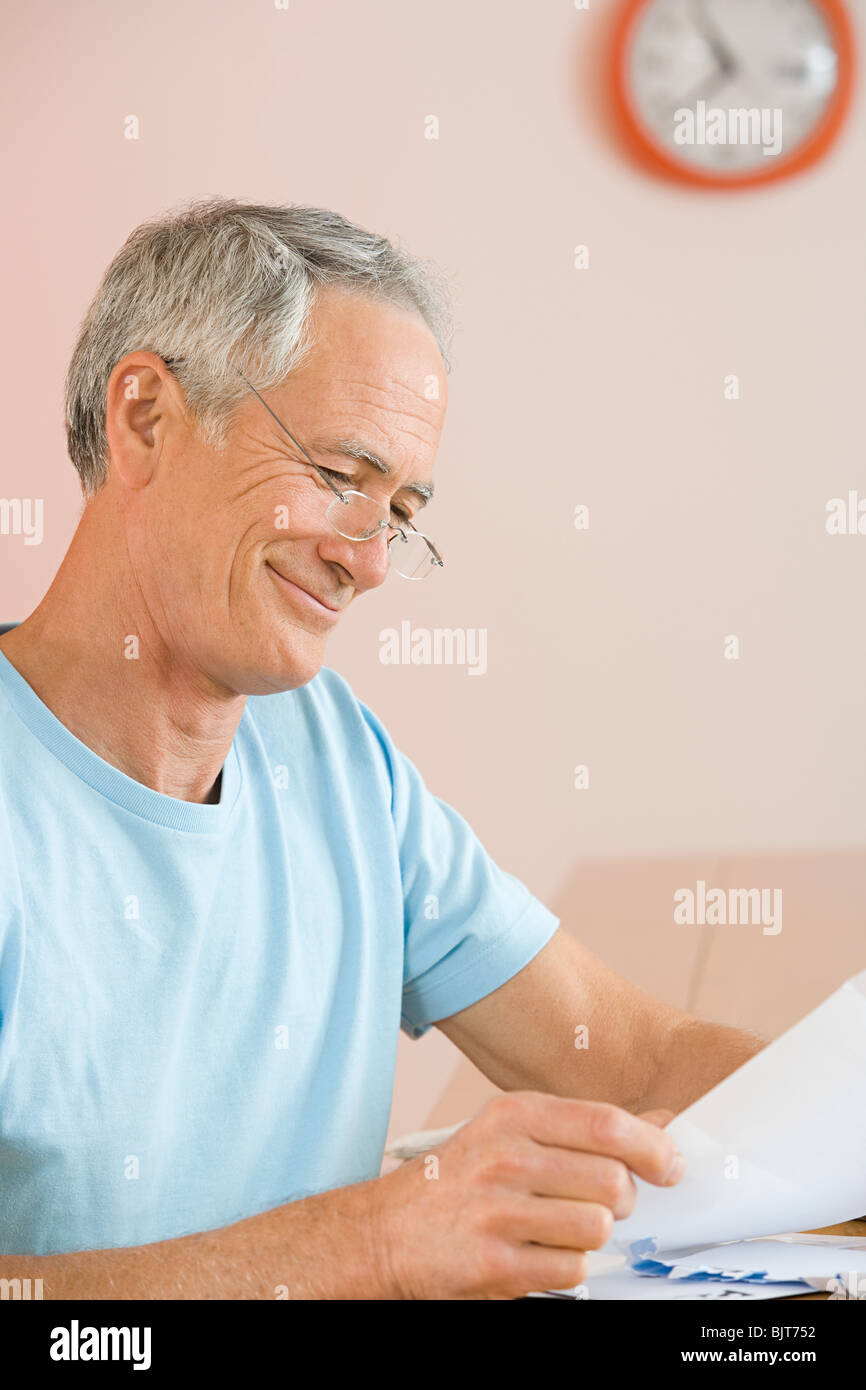 A man reading a letter - Stock Image